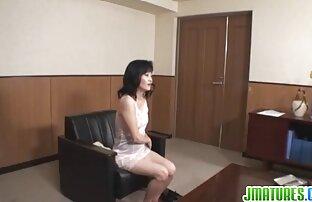 Exótica colegiala levanta su falda para mostrar su apretado coño y luego es perforada sexo caliente latino
