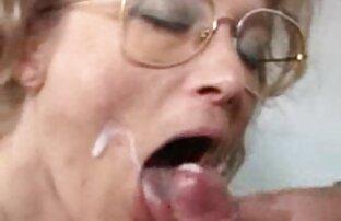 Pequeña el mejor porno latino rubia flaca intercalada por dos simios